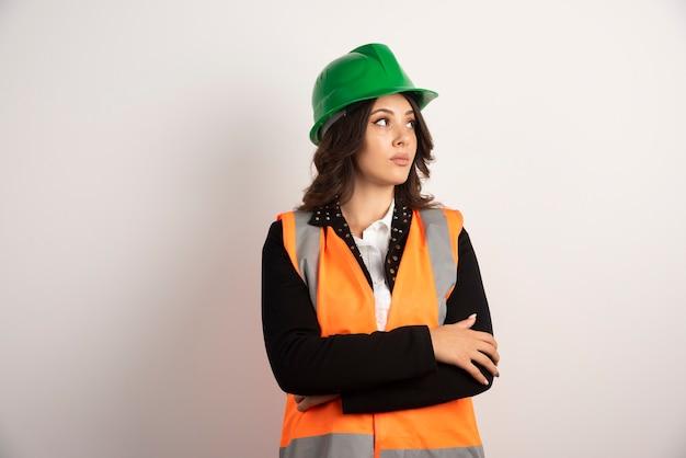 Ingénieur femme posant sur blanc