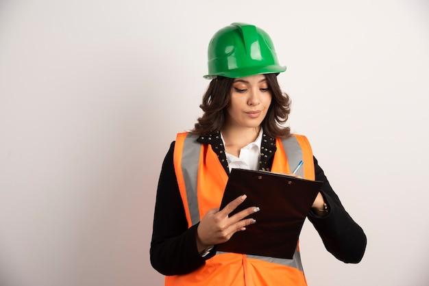 Ingénieur de femme regardant des documents importants