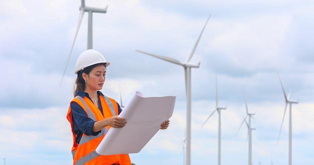 Ingénieur des femmes travaillant sur place à la ferme éolienne