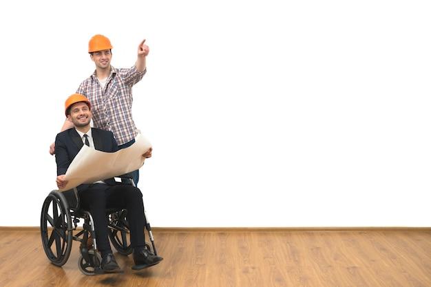 L'ingénieur et le geste handicapé sur fond de mur blanc