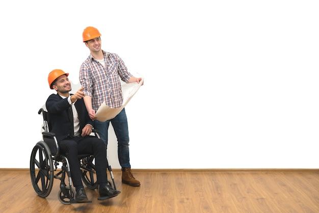 L'ingénieur et l'homme d'affaires avec un geste en fauteuil roulant sur fond blanc