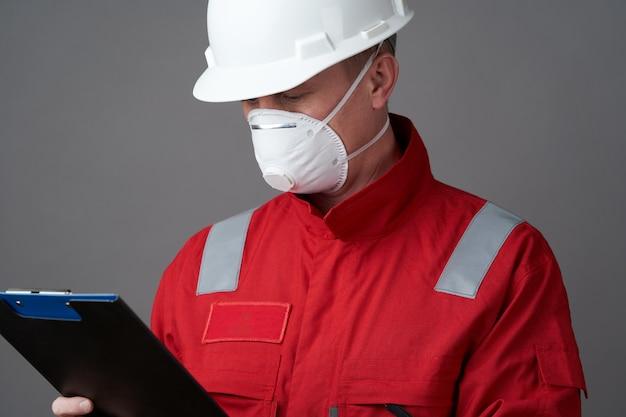 Ingénieur homme, travailleur de la construction portant un masque facial
