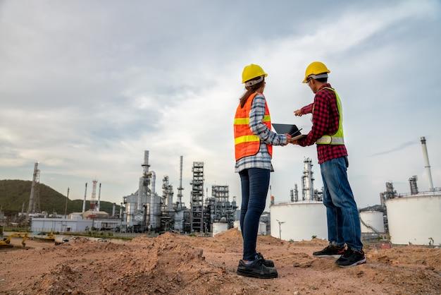 Ingénieur de l'industrie de la raffinerie portant des epi sur le site de construction de la raffinerie