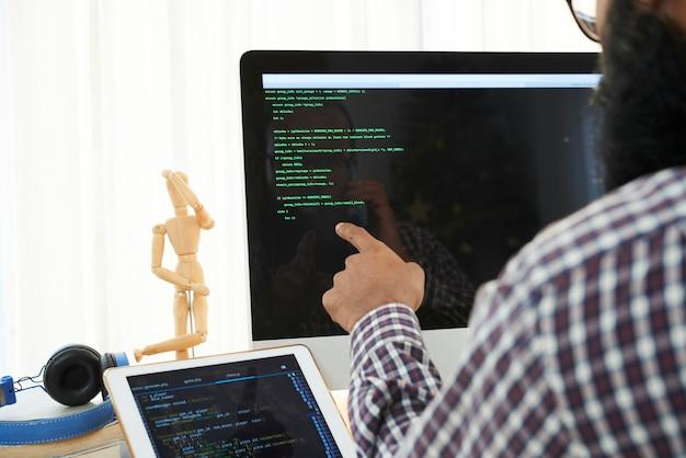 Ingénieur informatique analysant le code