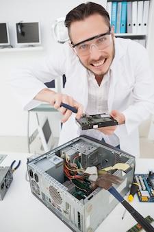 Ingénieur informatique bizarre fixant un processeur cassé