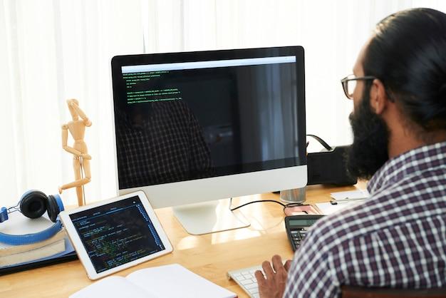 Ingénieur informatique faisant du code