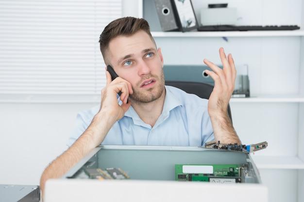 Ingénieur en informatique inquiet sur appel devant le cpu ouvert