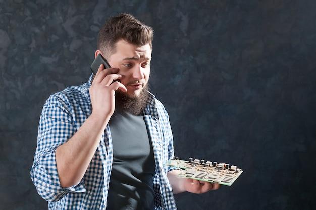 Ingénieur informatique masculin parle avec le client d'un problème avec un ordinateur portable. technologie de réparation d'appareils électroniques