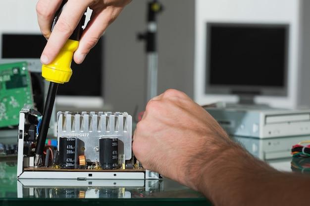 Ingénieur en informatique réparant le matériel avec tournevis