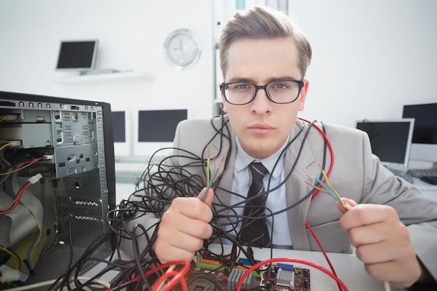 Ingénieur en informatique travaillant sur des câbles cassés
