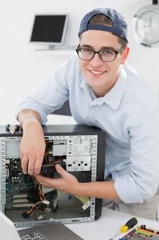 Ingénieur en informatique travaillant sur une console cassée