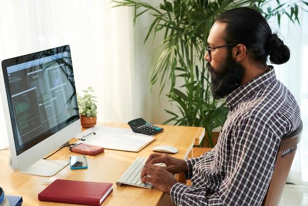Ingénieur informatique travaillant avec son pc