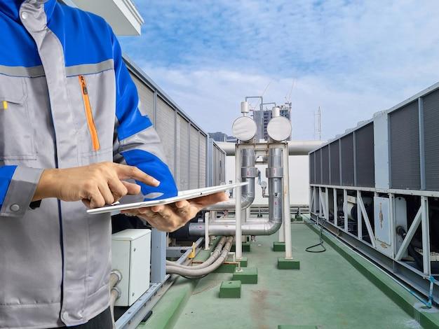 L'ingénieur d'inspection refroidit l'air des tours de refroidissement dans le bâtiment.