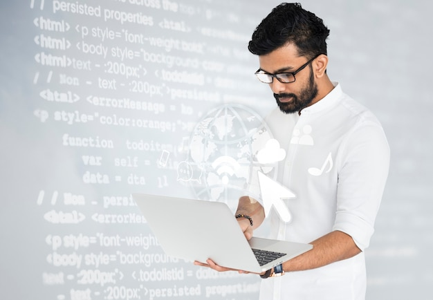 Ingénieur logiciel indien travaillant sur son ordinateur portable