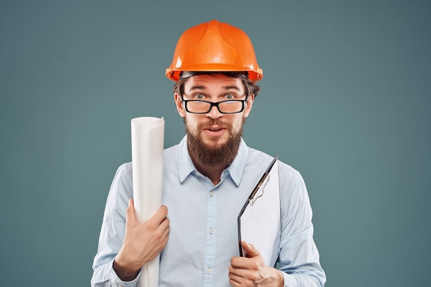 Ingénieur mâle casque orange sur la tête succès fond isolé
