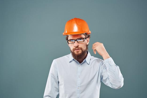Un ingénieur masculin travaille dans l'uniforme de protection de l'industrie de la construction