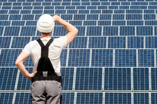 Ingénieur panneaux solaires en fût blanc