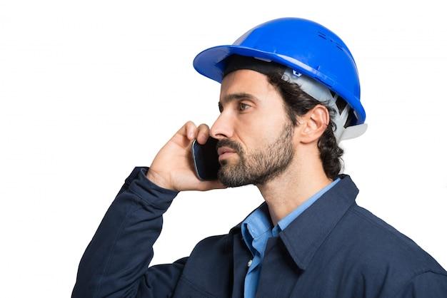 Ingénieur parlant au téléphone. isolé sur blanc