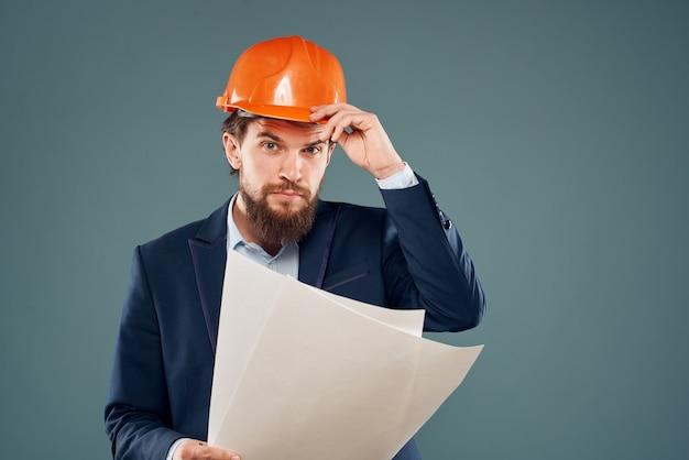 Ingénieur posant avec casque orange