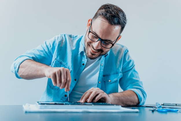 L'ingénieur répare l'ordinateur portable