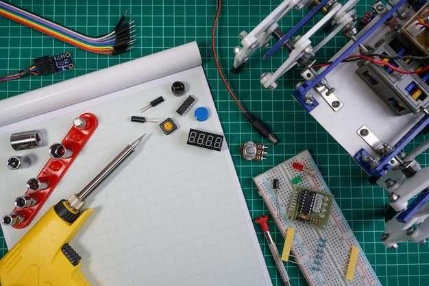 Ingénieur robot bricolage fait sur la base de micro-contrôleur et une variété de capteurs et d'outils.