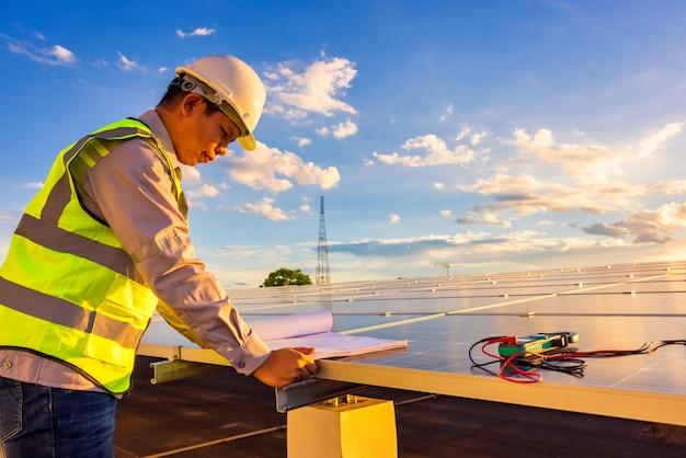 Ingénieur de service et de maintenance pour le système de toit solaire vérifiant les performances énergétiques de la cellule solaire