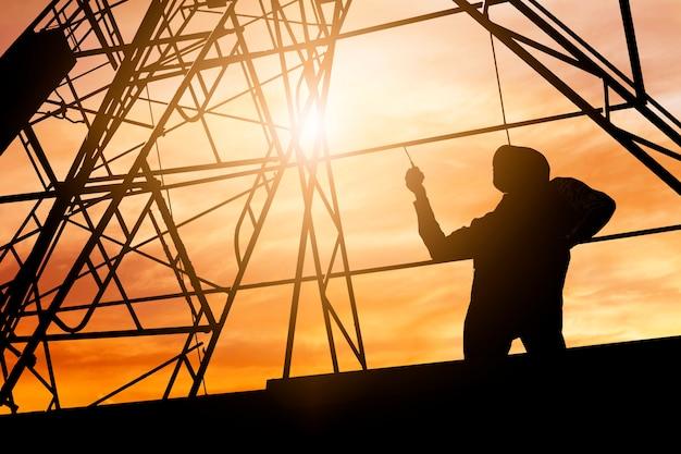 Ingénieur silhouette tenant radio et commande