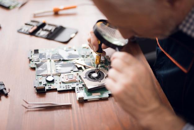 Ingénieur de technologie travaille dans des loupes de tête.