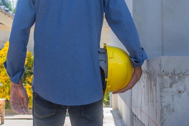 Ingénieur tenant un casque sur la construction du site