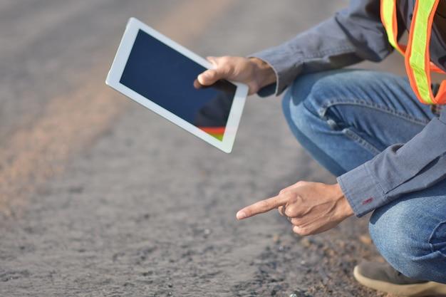 Ingénieur tenant la tablette