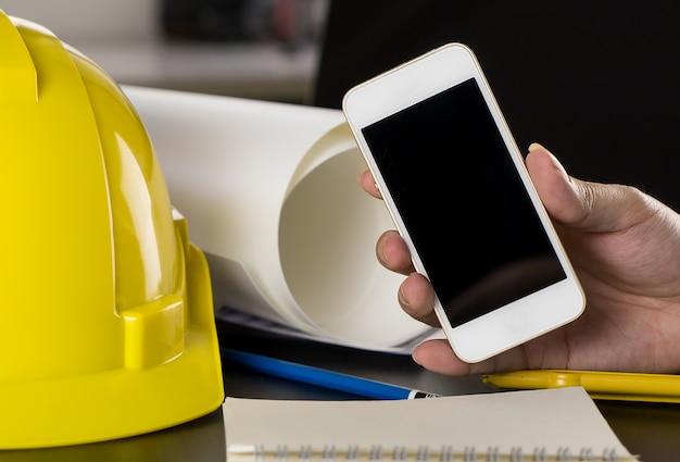 L'ingénieur tient un écran de téléphone vide pour l'application maquette