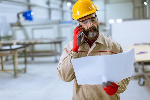 Ingénieur en train de regarder le plan dans l'usine