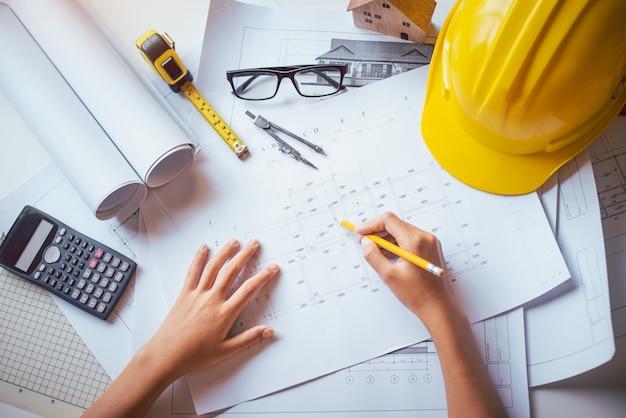 Ingénieur travaillant au bureau avec des plans