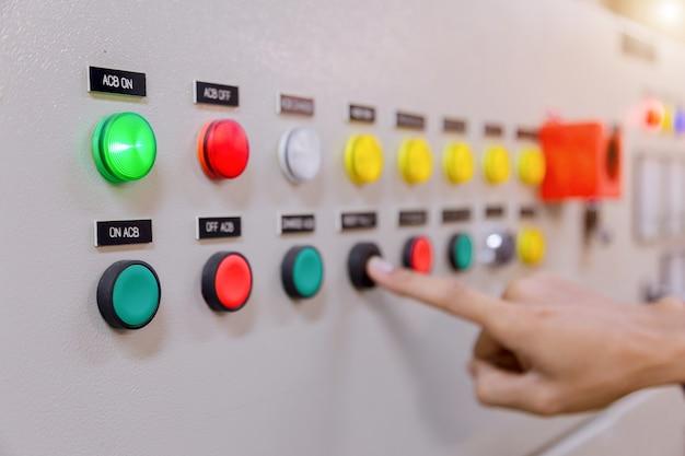 Ingénieur travaillant au contrôle et à la maintenance des équipements électriques.