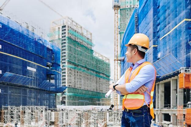 Ingénieur travaillant sur chantier