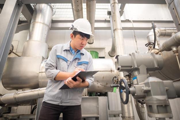 Ingénieur travaillant et clapet anti-retour à l'usine de centrale thermique