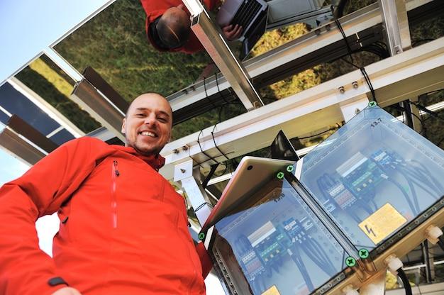 Ingénieur travaillant avec un ordinateur portable installant des panneaux solaires