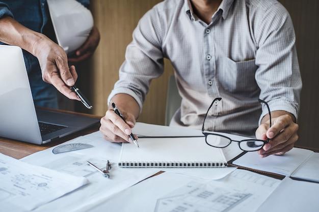 Ingénieur travaillant sur une réunion de plan pour le projet travaillant avec un partenaire