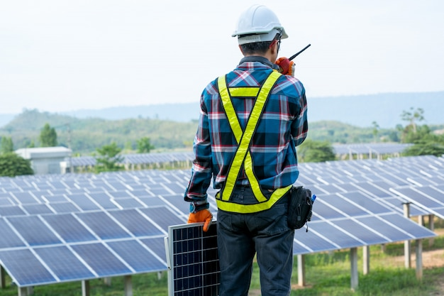Ingénieur travaillant sur la vérification et l'entretien des équipements électriques des centrales solaires, concepts d'énergie renouvelable et d'énergie solaire.