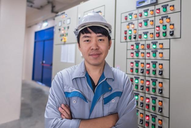 Ingénieur travaillant et vérifier la distribution de l'énergie électrique de l'appareillage de commande au poste de sous-station de la centrale électrique