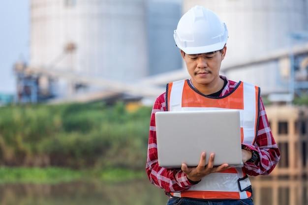 L'ingénieur travaille à la construction sur les plans du site pour construire des immeubles de grande hauteur. concept de bâtiment d'ingénieur.