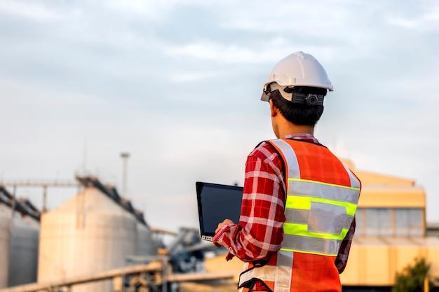 L'ingénieur travaille en construction sur les plans du site pour construire des immeubles de grande hauteur. concept de construction d'ingénieur.