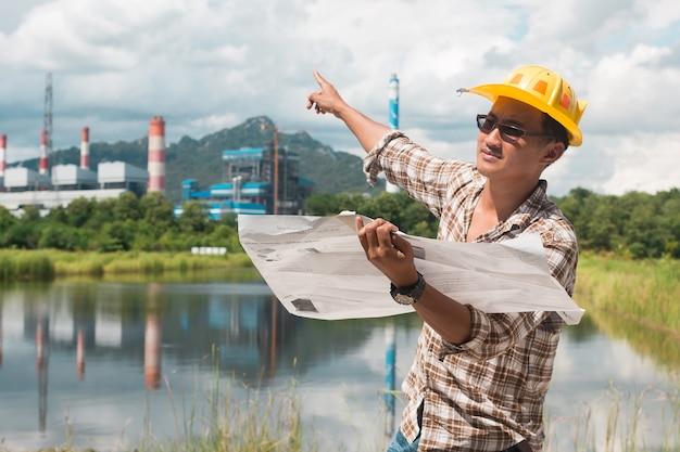 L'ingénieur travaille dans les mines de la centrale électrique