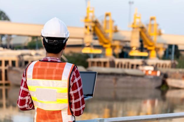 Ingénieur travaille sur des plans de chantier pour la construction d'immeubles de grande hauteur. concept de construction d'ingénieur.