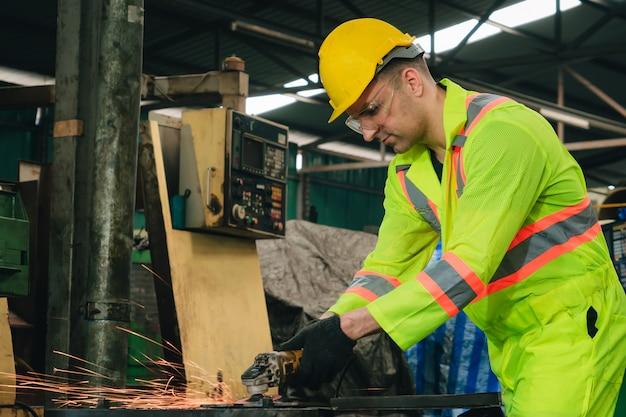Ingénieur travailleur industrie.ingénieur travaillant dans une entreprise industrielle avec génie mécanique.