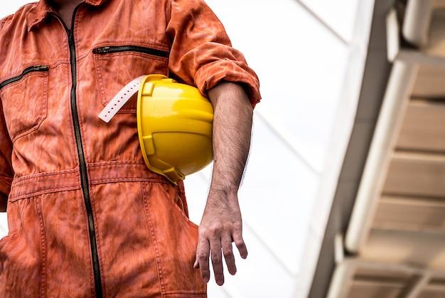 Ingénieur en uniforme travaillant