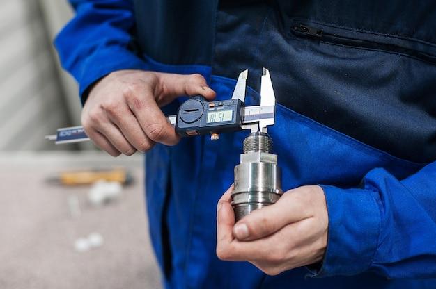 Ingénieur en usine avec contrôle de qualité des composants par les apprentis