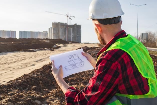 Ingénieur vérifiant les plans de chantier