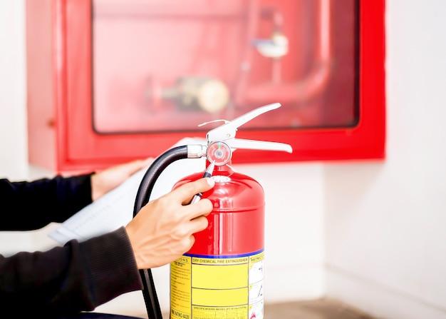 Ingénieur vérifiant le système de lutte contre l'incendie industrielcontrôleur d'alarme incendie notification d'incendie anti-incendie