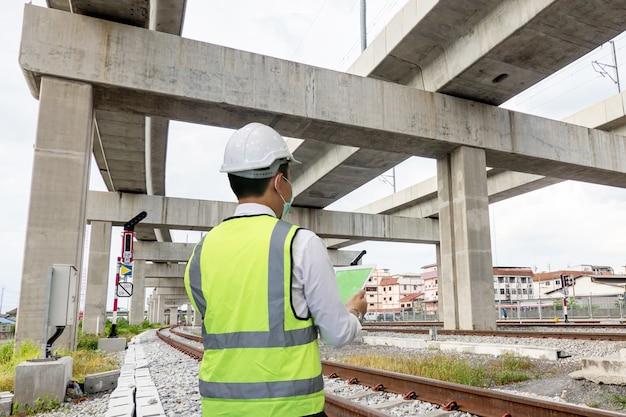 L'ingénieur vérifie l'infrastructure et le chantier de construction.